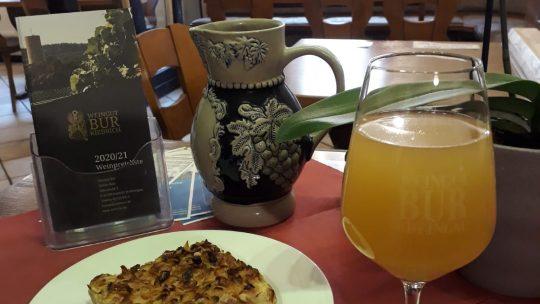 Ein Glas Federweißer mit einem Stück Zwiebelkuchen: Einfach lecker!